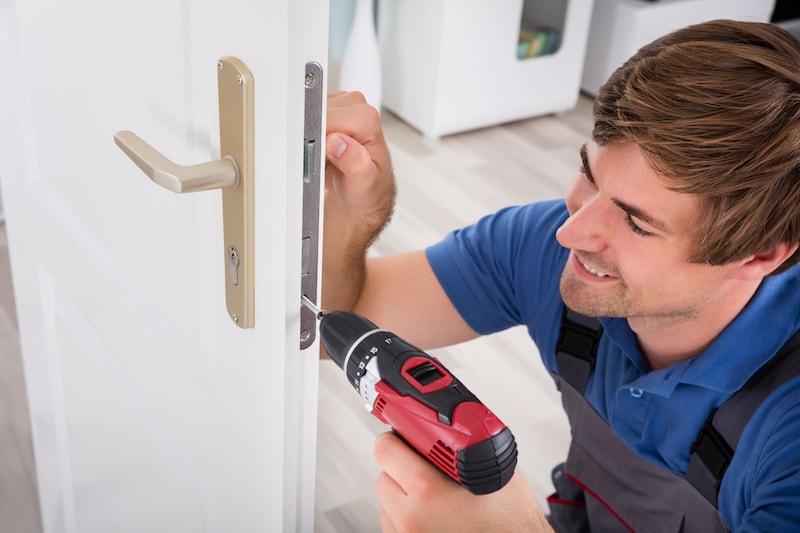 Comment changer ou installer une serrure de porte ?