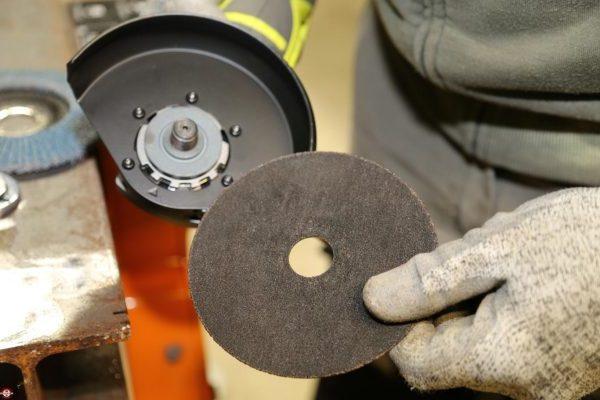 Comment changer le disque d'une Meuleuse ?