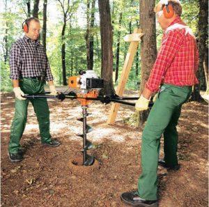 comment creuser un trou avec une tarière, étape 2 : utiliser une tarière à deux