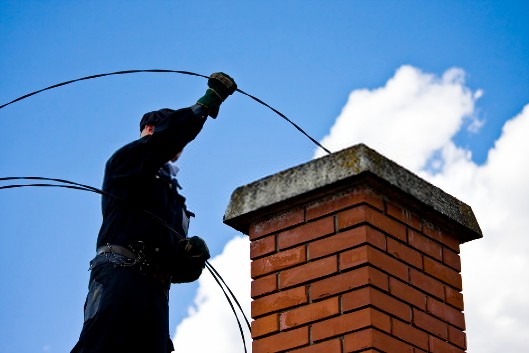Pourquoi est-il obligatoire de faire ramoner sa cheminée ?