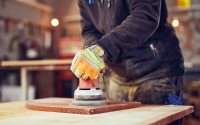 Poncer un meuble à l'aide d'une Ponceuse – Astuce Brico